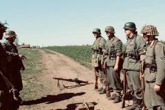 Oslabená Gruppe Emmer dostává rozkaz zdržovat postup amerických výsadkářů. Navzdory vážnosti situace panuje dobrá nálada.