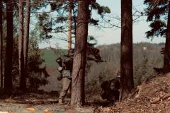 MG-Trupp se pouští do souboje se šplhajícím nepřítelem. Američané jsou zaskočení. Avšak skvěle vycvičení výsadkáři hbitě a nebojácně reagují. Zahajujeme ústup. Stav munice nám nedovoluje pouštět se do delších soubojů.