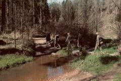 Suchou nohou přes vodu. Zurčící potok přímo vybízí k osvěžení.